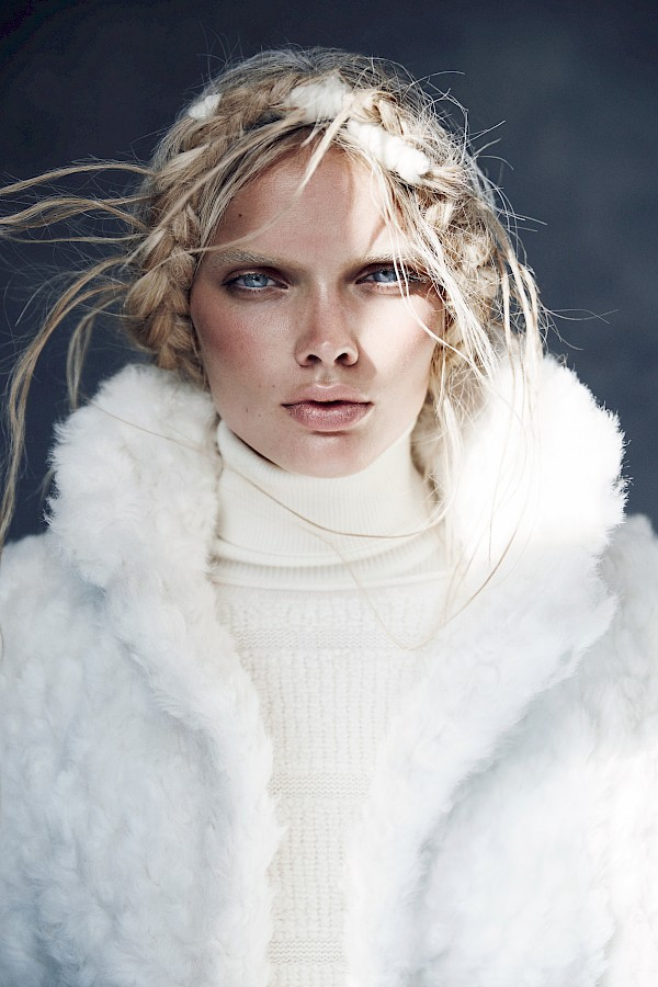 Model Jane van Kuijck starring with deep blue eyes right in the camera of Lina Tesch