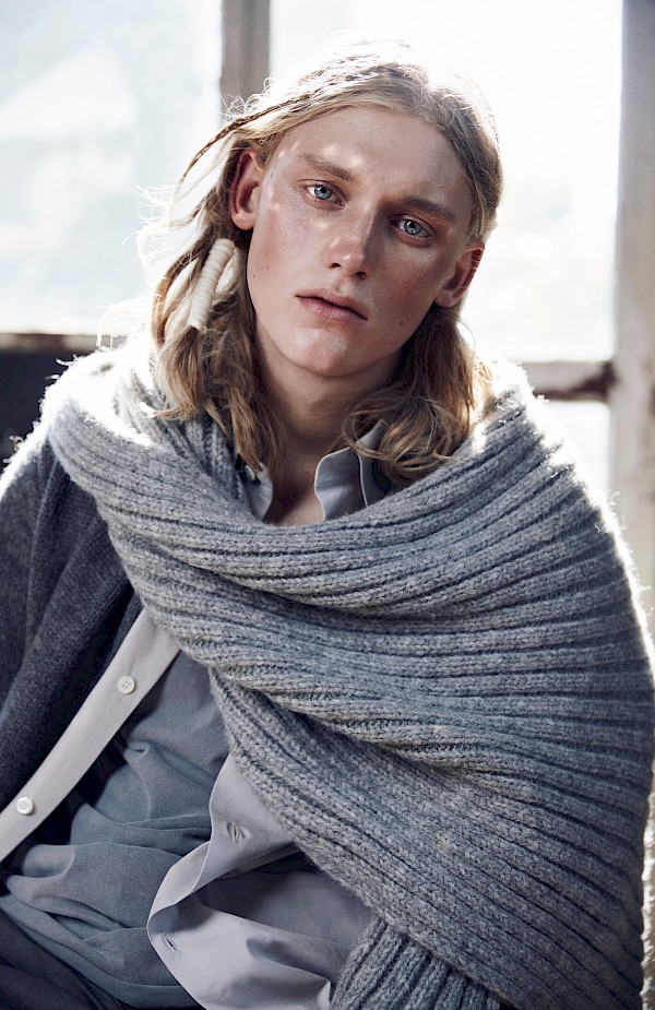 Model Enzo Brumm looking in the camera of Lina Tesch